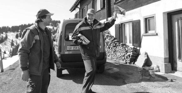 Der ehemalige Postchef Claude Béglé verteilt Zeitungen und Briefe auf der Lenzerheide. (Foto:  RDB/Siggi Bucher)
