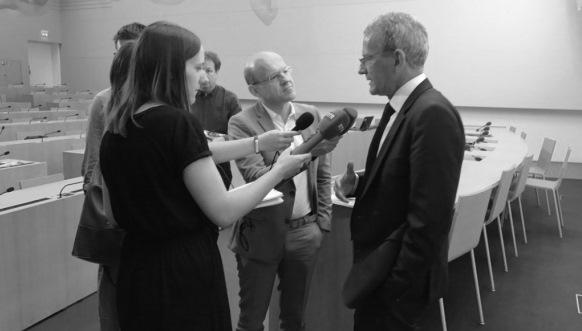 Nicht nur Statistiken und Wetterdaten: Der Öffentlichkeitsbeauftragte Adrian Lobsiger an seiner Jahres-Pressekonferenz.