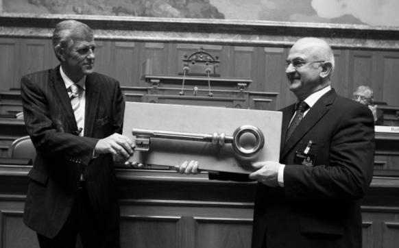 Le chef de l'OFCL Gustave E. Marchand (à gauche), lors de l'inauguration du Palais fédéral restauré : il s'est battu avec véhémence contre la consultation des données de marchés publics de la Confédération. (Photo RDB/SI/Reichenbach)