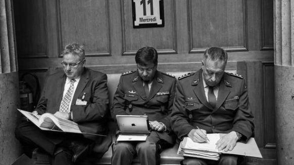 L'ancien chef de l'armement Ulrich Appenzeller (à gauche) au Palais fédéral: ses rendez-vous doivent être rendus publics. (Photo Alessandro Della Valle/Keystone)