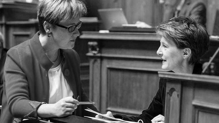 L'auteure de l'initiative Edith Graf-Litscher avec Simonetta Sommaruga: la Loi sur la transparence doit être améliorée.