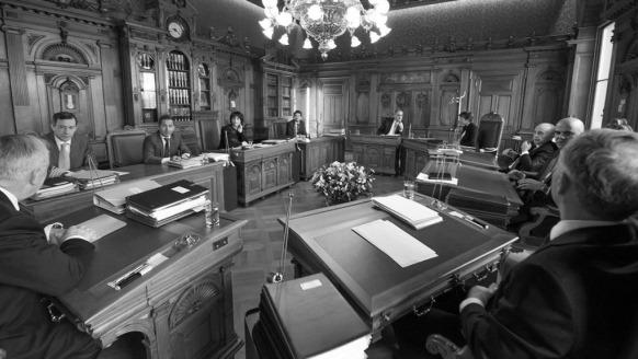 Le Conseil fédéral lors d'une de ses séances hebdomadaires: atterrissage sur le ventre devant les parlementaires, les citoyens et les journalistes. (Photo Chancellerie fédérale)
